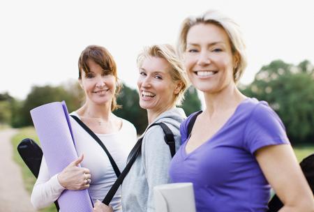 Vrouwen treffen elkaar om bewegingsoefeningen tegen rugpijn te doen