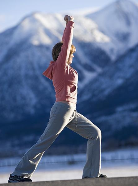 Vrouw doet bewegingsoefeningen om spanningspijn te voorkomen.