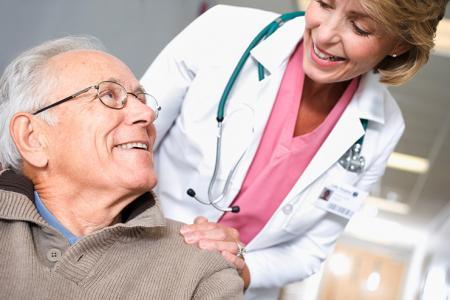 Man bespreekt zijn gewrichtspijn met arts