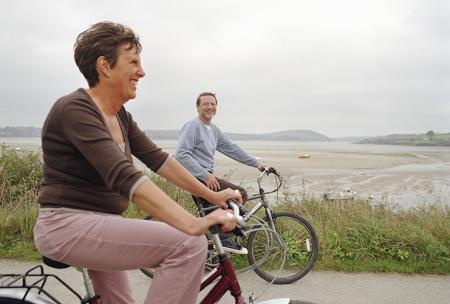 Koppel rijdt met de fiets om gewrichten te ontspannen