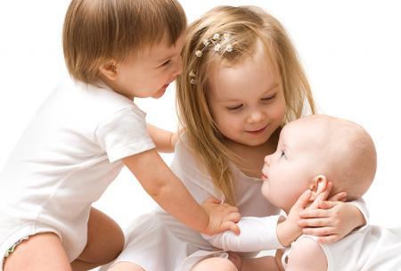 Kinderen dragen onderhemdjes en spelen met elkaar