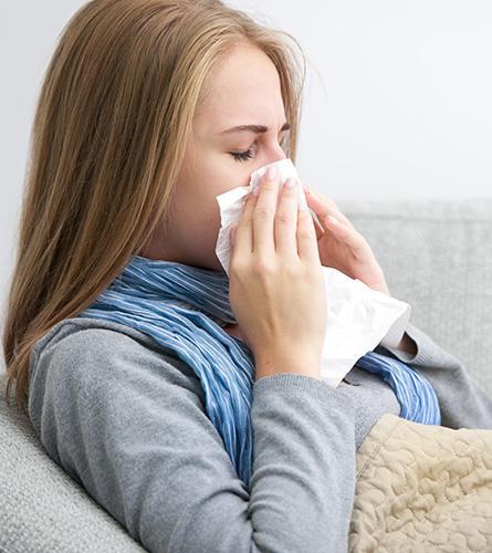 Vrouw heeft een lopende neus door verkoudheid