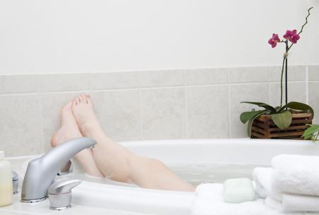 Vrouw ontspant in bad tegen menstruatiepijn