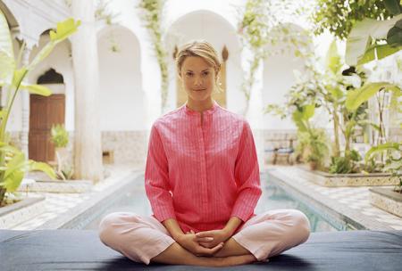 Deze vrouw doet onstpanningsoefeningen tegen migraine