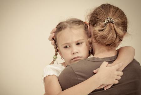 Kind op arm van moeder lijdt aan verkoudheid