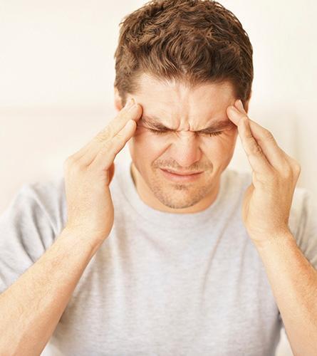 Deze man lijdt onder spanningshoofdpijn