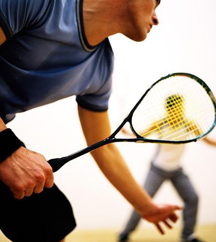 Sommige sporten zoals squash kunnen tot rugpijn leiden