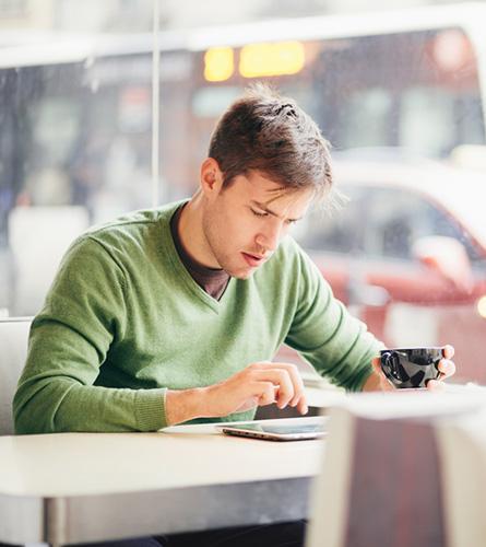 Jonge man kan spanningspijn krijgen door urenlang op tablet te werken