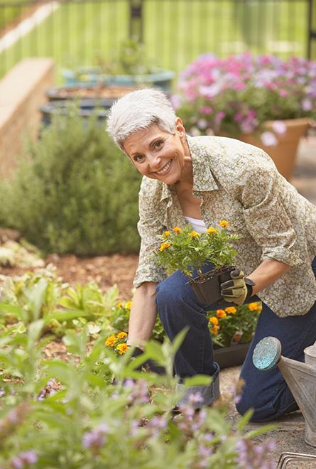 Vrouw werkt in de tuin zonder gewrichtspijn
